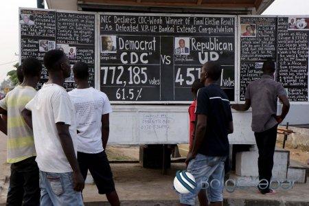 """Bu Afrika ölkəsində təbaşirlə taxta üzərində yayımlanan qəzet  """"çıxır""""(FOTOLAR)"""