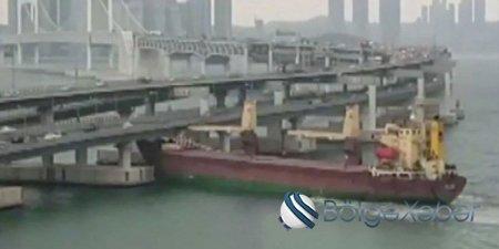 İçkili kapitan gəmini körpüyə sürdü (VİDEO)